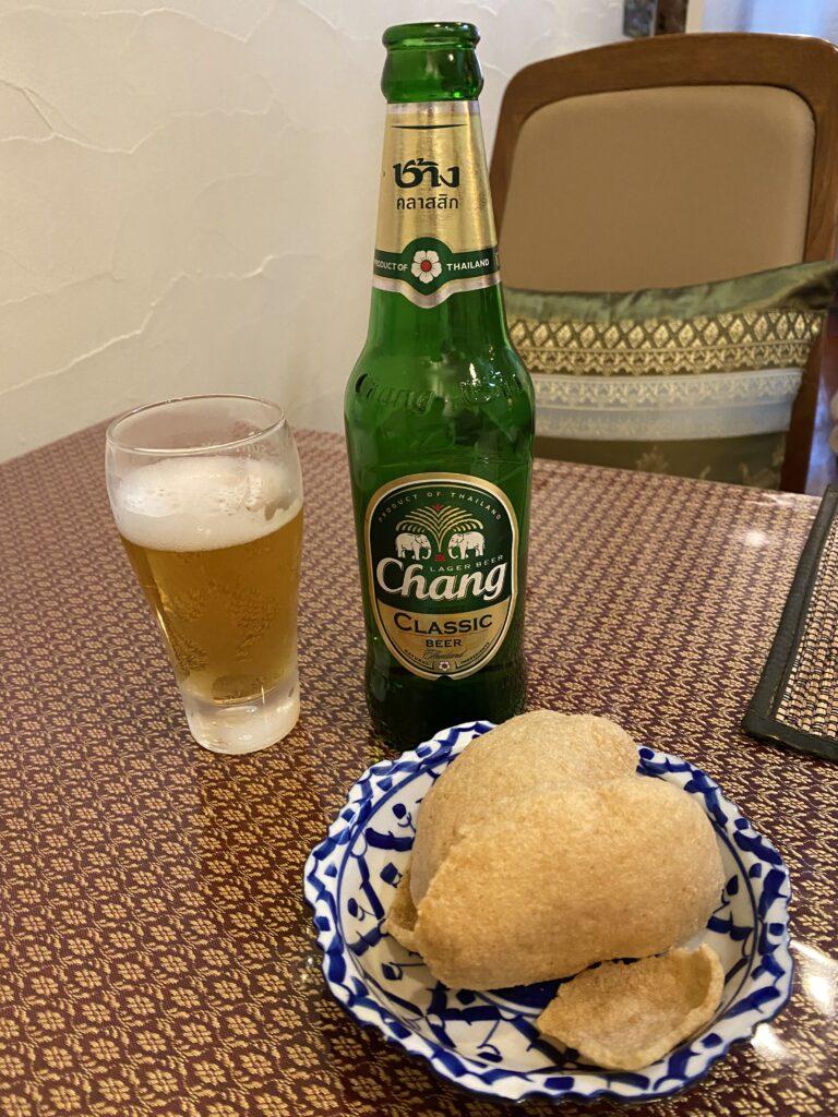 サービスの海老せんとChang Beer(チャーンビール)